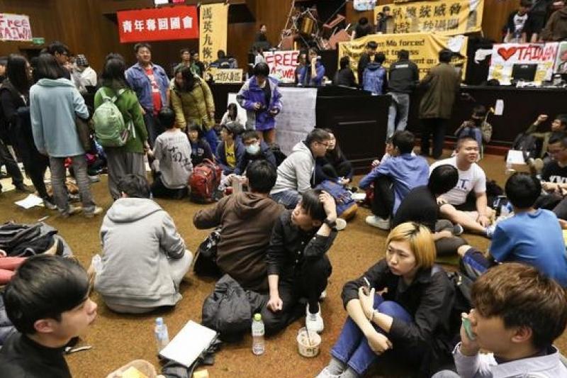 只要有人群聚,就有方向及維持秩序的問題,318佔領立院議場行動也不例外。(余志偉攝)