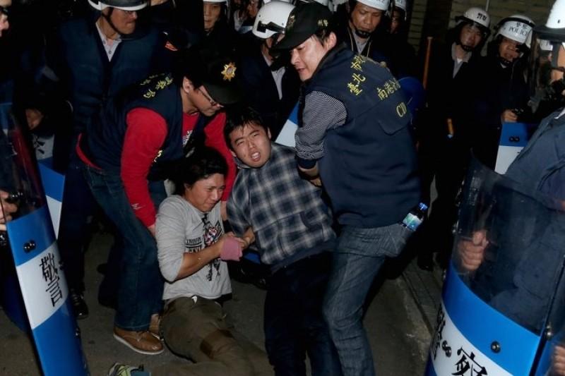 反服貿學生23日佔領行政院,24日凌晨遭到警方強制驅離,引發激烈衝突。(吳逸驊攝)