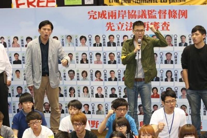 反服貿運動領導人賴中強(由左到右)、黃國昌、林飛帆、陳為廷25日舉行記者會,他們表示退場機制是馬政府該想的問題。 (吳逸驊攝)