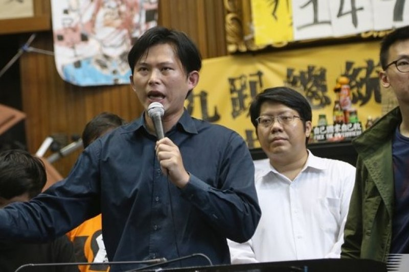 為了能找到佔領議場學生的退場機制,總統府副祕書長蕭旭岑26日與學運核心人士黃國昌會面。(吳逸驊攝)