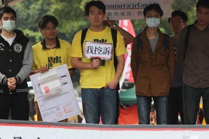 以「康乃馨」對比「太陽花」,29日將號召民眾上街頭,呼籲在立法院的學生撤出國會,早日回家。(余志偉攝)