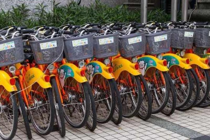 民眾騎單車玩手機,自3月31日起就會開罰。(圖為U-BIKE單車,呂紹煒攝)