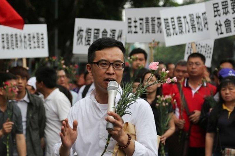 反服貿學生佔領立院12天,國民黨青工會也動員民眾反制,以「聽見康乃馨的呼喚」為名,希望社會能回歸安定。 (余志偉攝)