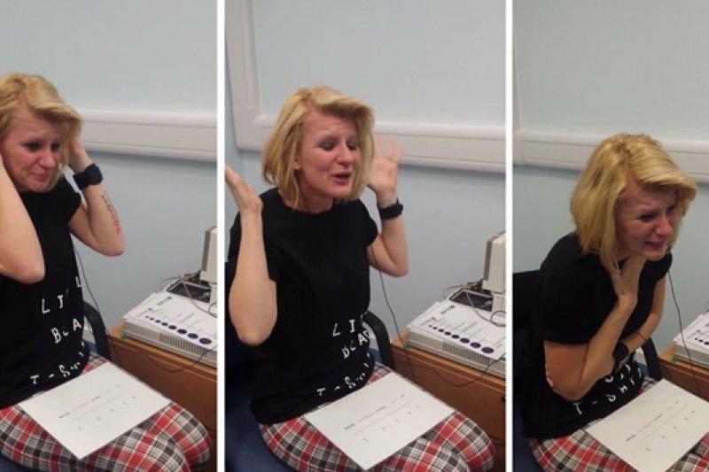 英國聽障女子米妮,活了39年,第一次聽到聲音。(取自網路)