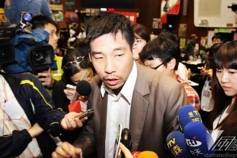 佔領立院決策幹部7日晚間討論退場機制,自稱社會人士的王奕凱上台發言反對退場。(顏振凱攝)