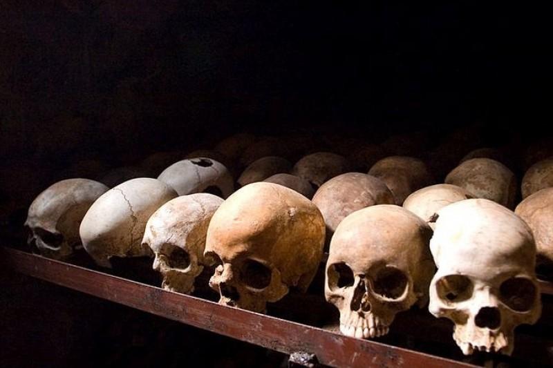 盧安達大屠殺紀念館中陳列著大量受難者頭骨(取自wikipedia)