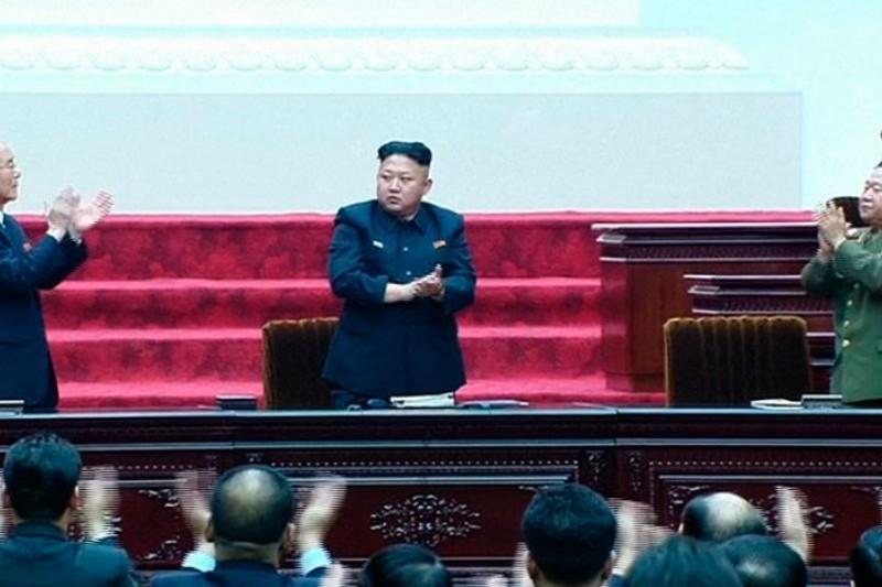 北韓最高人民會議9日在平壤集會,崔龍海(右)晉升為國防委員會副委員長,權勢僅次於金正恩(中)。(美聯社)