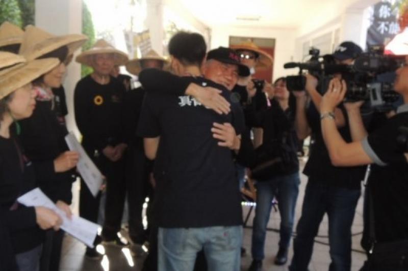 318領導人林飛帆在10日下午走出立院議場,擁抱在立院靜坐13天的林義雄。(張文馨攝)