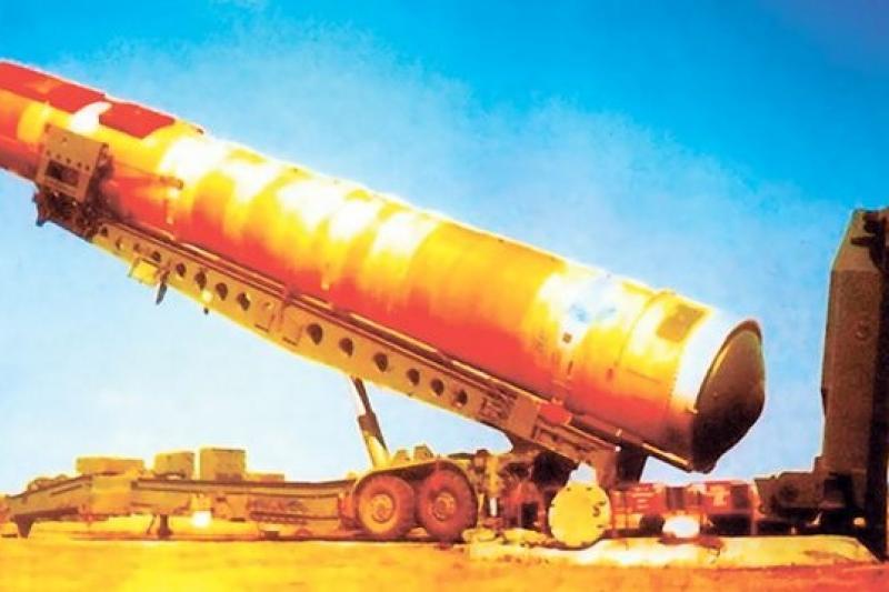正在向發射井裝填的俄羅斯SS-18「撒旦」重型液態燃料洲際飛彈。(取自網路)