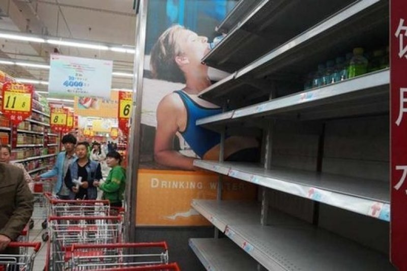 蘭州自來水苯汙染,超市礦泉水被搶購一空。(取自網路)