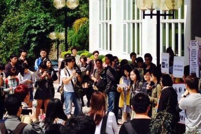 世新勞權小組號召《破報》員工與2、30學生齊聚世新行政大樓,抗議世新董事以預算干預《破報》、《立報》運作。( 取自張張正臉書)