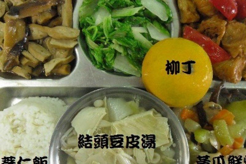 食材漲幅大,營養午餐也擋不住了,台北市有28所國小準備調漲營養午餐價格。(取自大仁國小營養無餐網 )