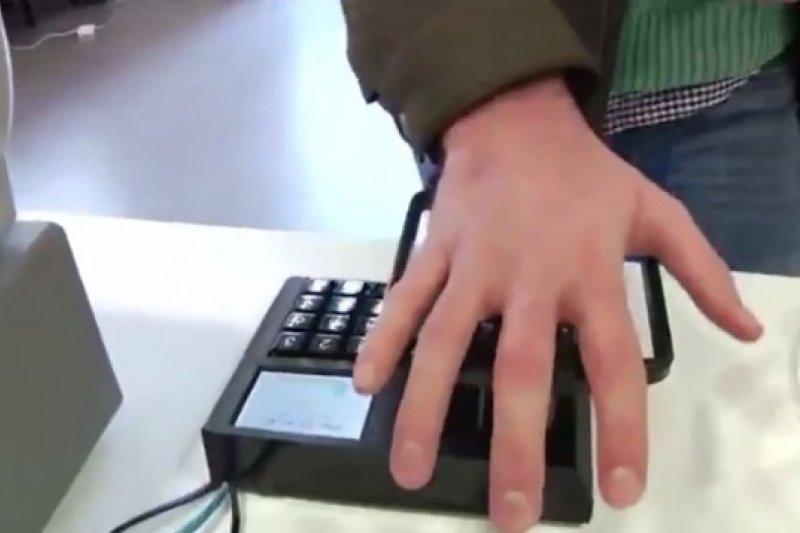 在瑞典數家商店內,掃描掌心血管即可完成付款(取自YouTube)