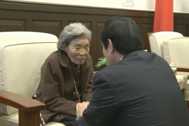 總統馬英九邀請台籍慰安婦鄭陳桃(左)等人共進午餐,並呼籲日本面對過去。(總統府提供)