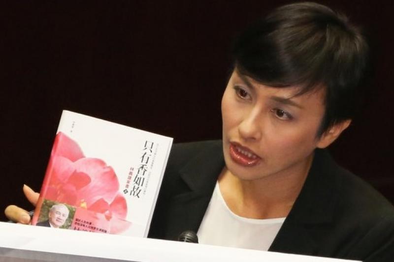 民進黨立委邱議瑩在立院施政總質詢時,拿出前主席林義雄的作品,希望行政院長江宜樺能好好思考核能安全問題。(余志偉攝)