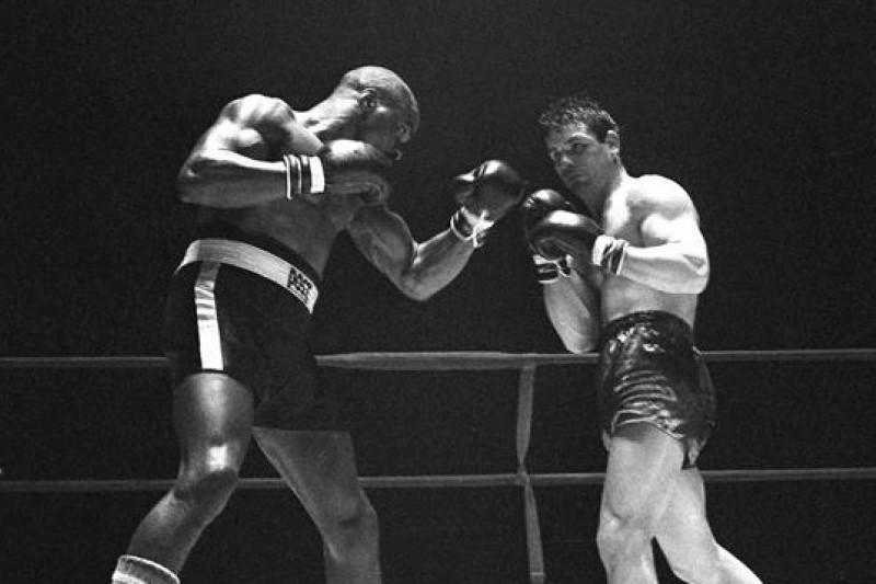 拳擊手「颶風」卡特(左)1965年對戰義大利拳擊手貝提尼(Fabio Bettini)(美聯社)