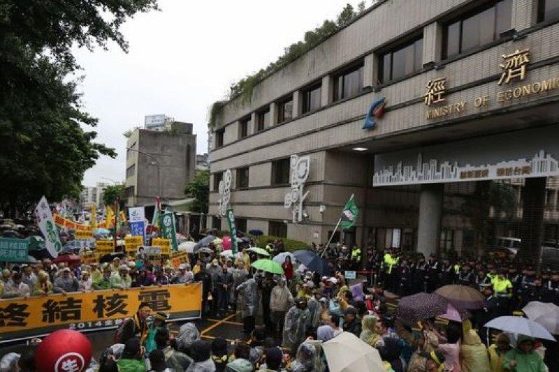 核四如何解?綠營認為關鍵在公投門檻。圖為今年3月8日的反核大遊行。(余志偉攝)