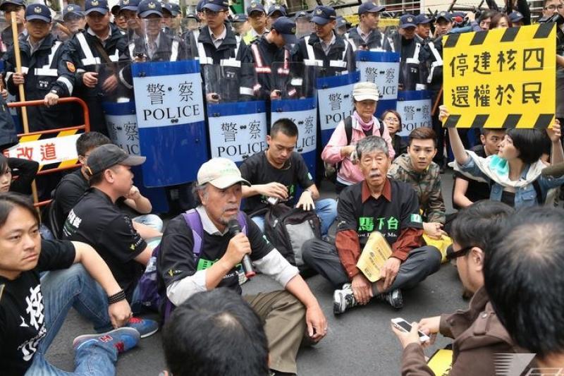 民進黨前主席林義雄22日開始禁食,公投盟也在領導人蔡丁貴的帶領下,聲稱將包圍立法院,直到馬政府公布停建核四為止。(吳逸驊攝)