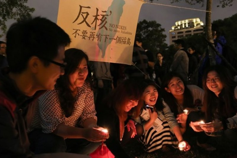 參與「燭光守護 廢核決心」行動的民眾點亮燭光,宣示廢核決心。(余志偉攝)
