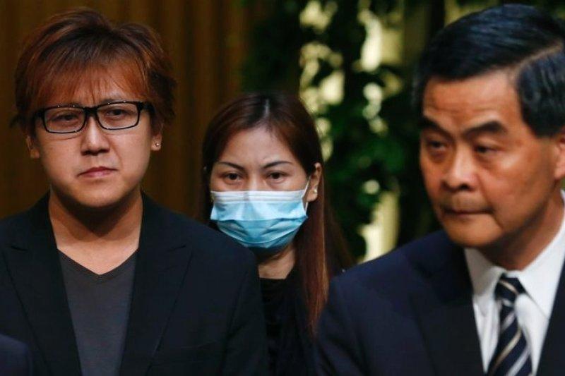 香港特首梁振英(右)23日與2010年馬尼拉人質事件的倖存者以及死難者家屬,共同宣布菲律賓政府已正式致歉。(美聯社)
