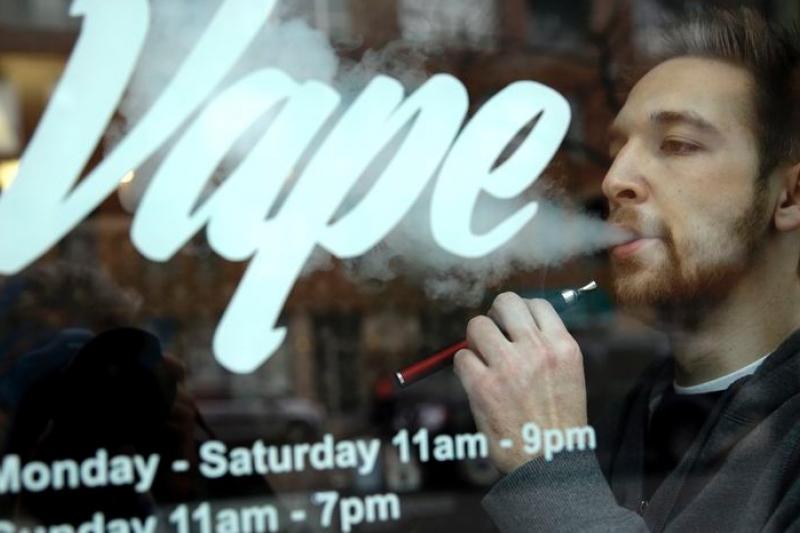美國食品藥管理局擬對電子菸進行管制,但電子菸的利弊仍有爭論(抽菸過量,有礙健康)(美聯社)