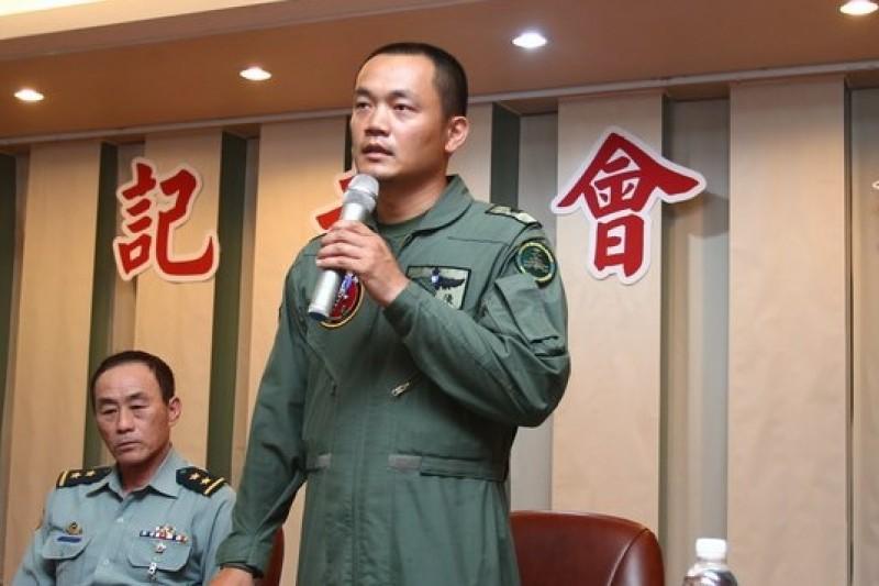 陸軍編號808号的阿帕契戰鬥機25日在龍潭失事,正駕駛陳龍謙下午出面說明。(陸軍提供)