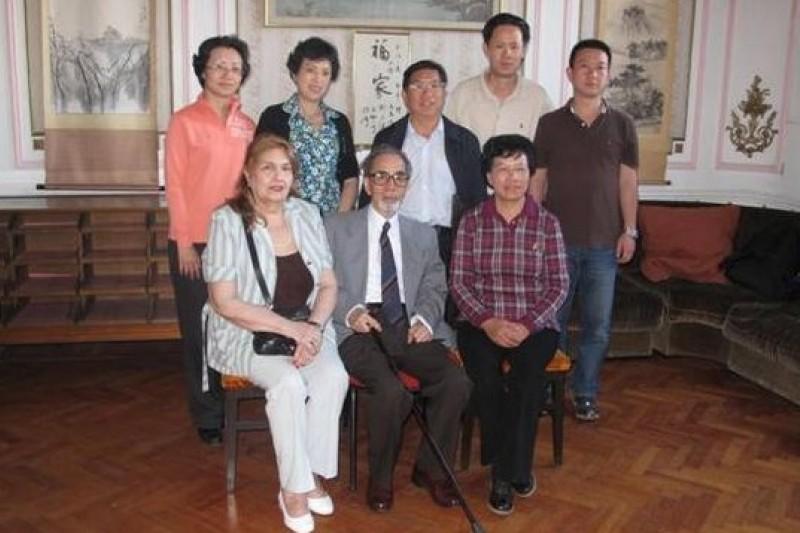 程立人(前排中)及夫人(前排左)會見來訪的貴州老鄉。(中華全國歸國華僑聯合會 )