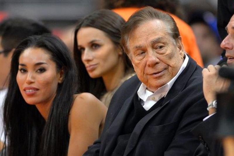 NBA洛杉快艇隊老闆史特林(右二)與女友絲蒂薇雅諾(左)2013年在場邊觀看球賽。(美聯社)