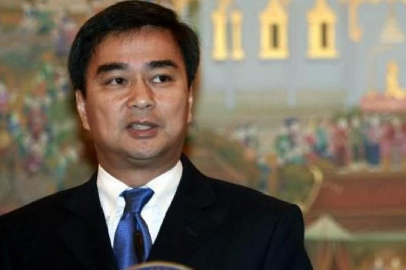 泰國民主黨領導人阿披實出面斡旋各方,希望解決政治僵局。(美聯社)