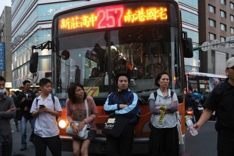 反核民眾29日晚間尖峰時段不但佔領忠孝東路,還擋在公車之前。(吳逸驊攝)