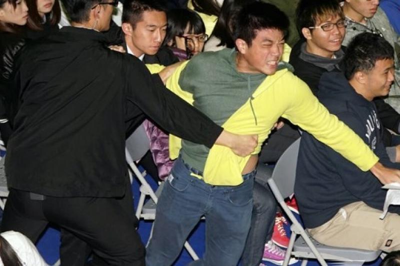 馬英九總統20日參加北商大校慶,分享旅美經驗,卻遇到北商前學生會長陳情抗議,但學生旋即遭維安人員架離。(蘇仲泓攝)
