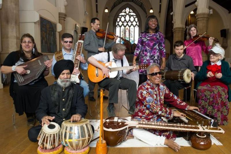 印度西塔琴樂手斯里瓦斯塔瓦(右前著紅花襯衫者)與他的心靈想像樂團。(取自臉書)
