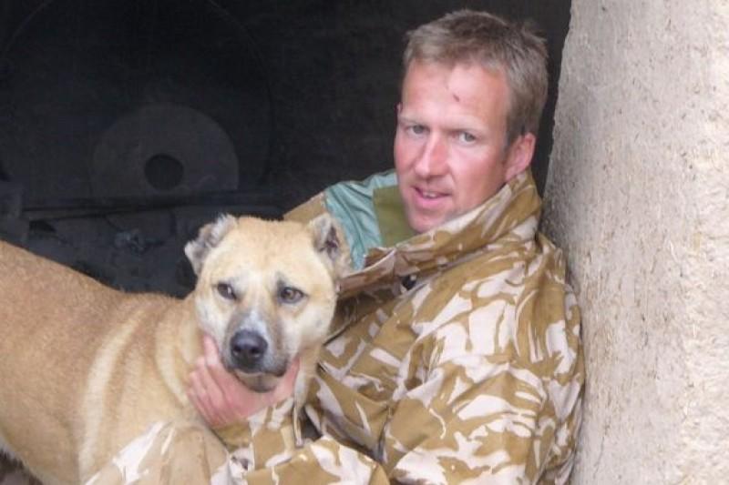 英國海軍陸戰隊士官法爾辛與他在阿富汗戰地收養的狗兒(取自網路)