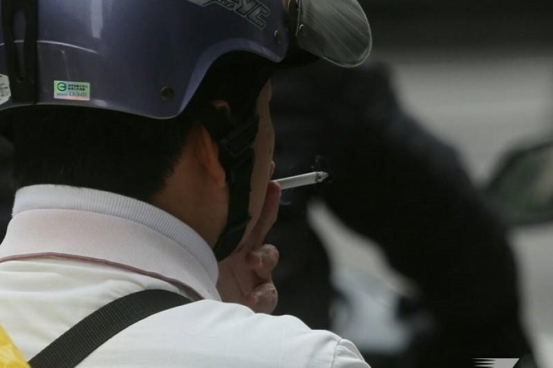 立院三讀通過,以後騎車抽菸將被處以600元罰鍰。(余志偉攝)