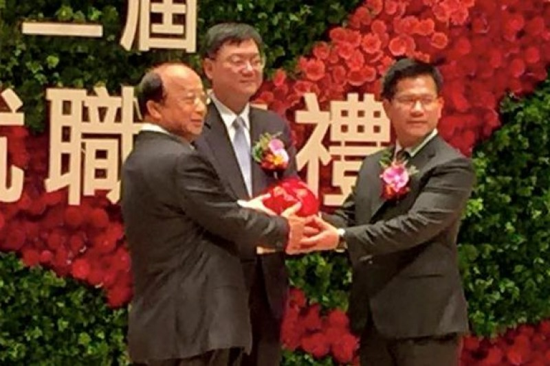 台中市長交接,林佳龍宣誓一百天讓市民有感。(取自林佳龍臉書)