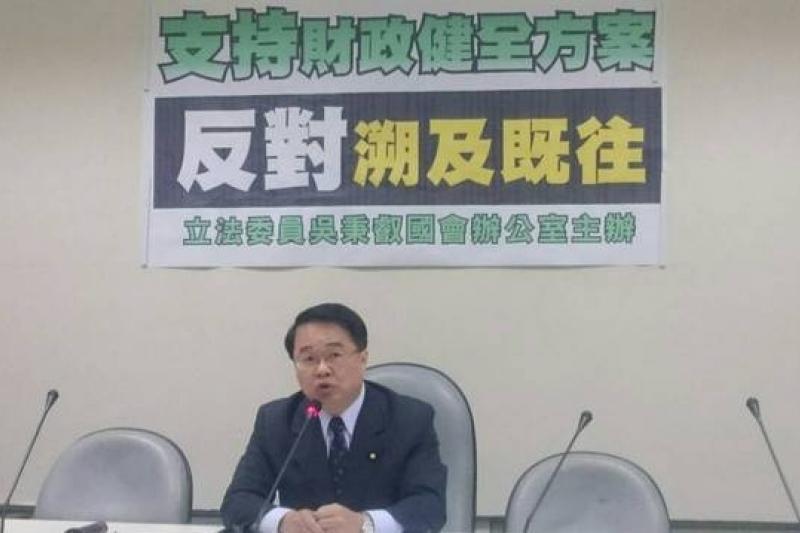 民進黨立委吳秉叡說他支持財政健全方案,只是反對溯及既往而已。(林瑋豐攝)