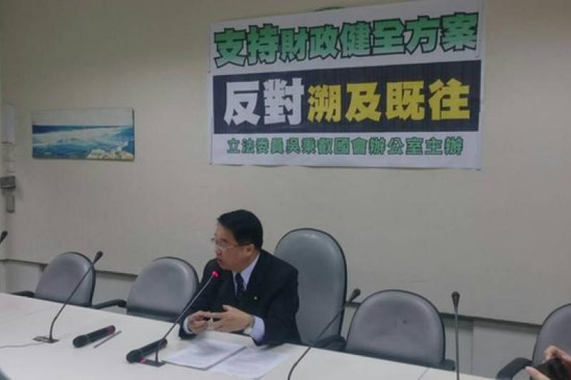 民進黨立委吳秉叡出面說明,民進黨支持財政健全方案。(林瑋豐攝)