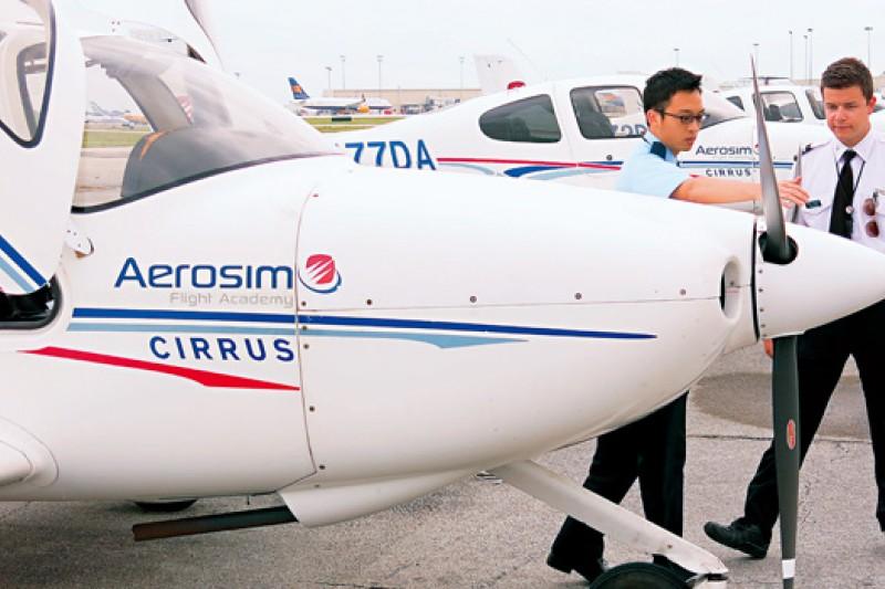 在美國奧蘭多飛行夢工廠,華航培訓機師正和外籍教官做飛行課程前的例行檢查。
