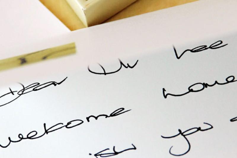 仔細看,這張卡片手寫著「De-a-r-Mr.-L-e-e,-we-l-c-omehome.」,這是攝影記者李明宜第二次入住上海柏悅酒店 (Park-Hyatt)時,房間裡擺放的問候卡。相較於第一次入住時卡片上所寫的「Mr.-Lee,-Welcome-to-ParkHyatt.」, 顯現出超五星飯店的細心體貼。
