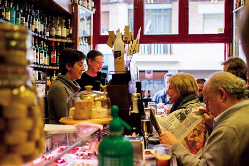 Quimet & Quimet到了下午三點半,都是當地熟客,親切互動的氣氛,隨意上桌的小點,正是tapas bar最迷人的魅力。