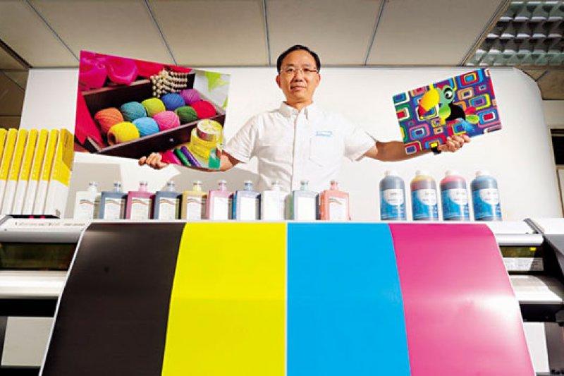 10年前,呂椬境就領先全球,開發出首款新環保油墨副廠產品,站穩產業地位。