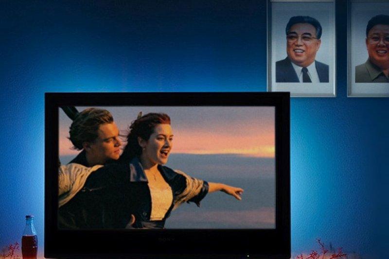 西方電影讓許多北韓人意識到生命尊嚴問題。(圖片來源:美聯社、http://goo.gl/lz7kvW、電影海報,風傳媒重製)