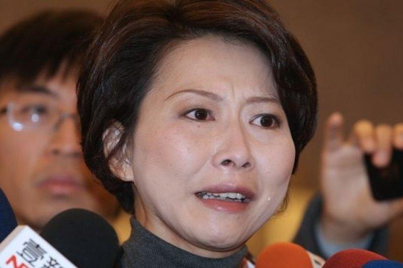 為台南市議長選舉跑票事件,飽受批評的民進黨立委陳亭妃聲淚俱下陳述,2000萬讓她無能為力。(吳逸驊攝)