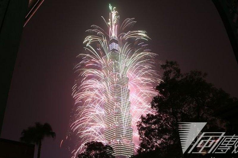 台北101大樓新年煙火 (楊子磊攝)