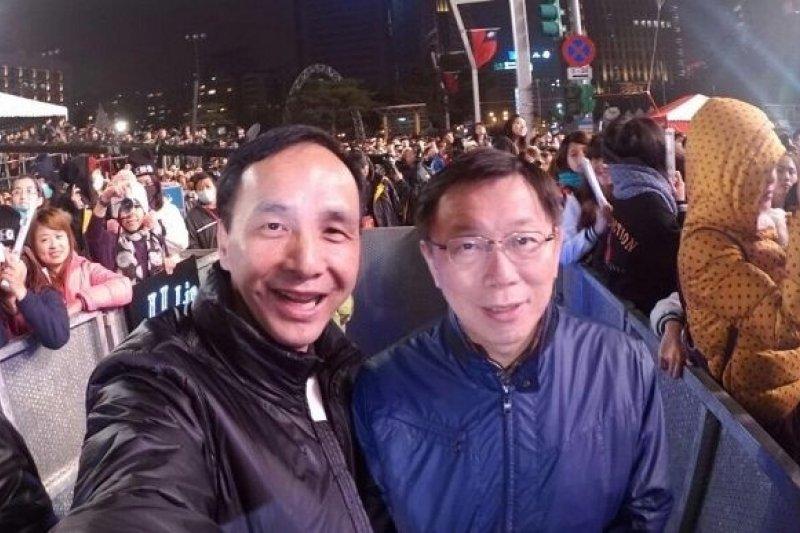 台北市長柯文哲(左)與新北市長朱立倫以自拍合照迎接2015年。