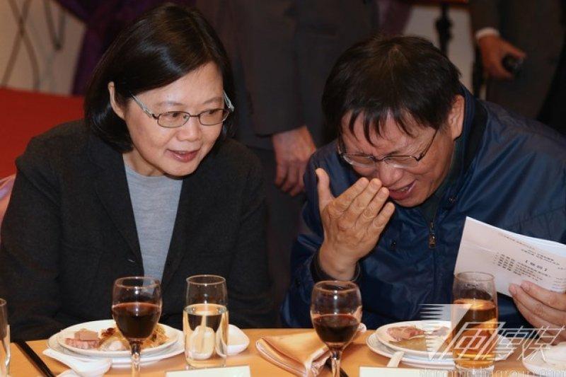 民進黨黨主席蔡英文與台北市長柯文哲出席台灣聯盟國家募款餐會,兩人開心互動。餐會後,蔡英文受訪時說,她剛剛在餐桌上有和柯文哲聊天,講到吃飯要一點一點吃比較好,不要把菜放在碗公內一次吃完;柯文哲則說,「我這樣吃比較快啊」。(吳逸驊攝)