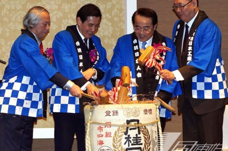 台灣日本人會暨台北市日本工商會9日晚間舉行新年聯誼會,總統馬英九應邀出席,和與會來賓一同穿起日本服裝,以木槌敲破酒缸,舉行新年開鏡儀式。(蘇仲泓攝)