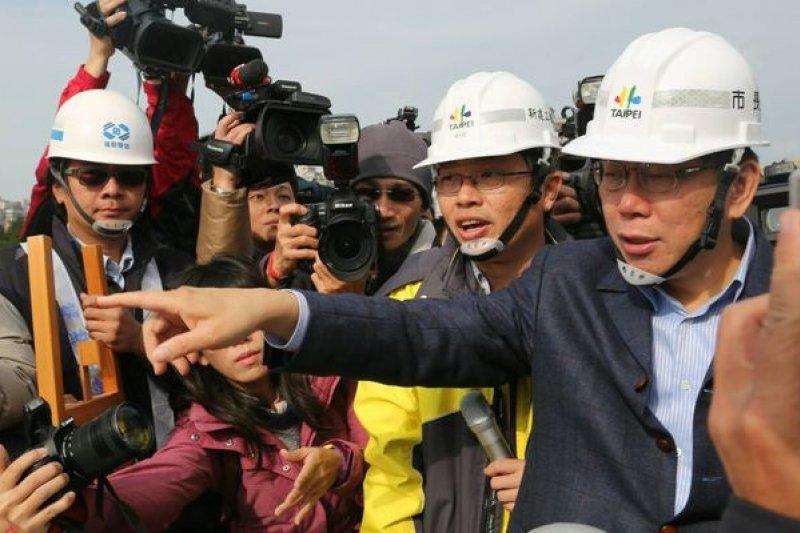 台北市長柯文哲11日視察2017世大運選手村工地。(余志偉攝)