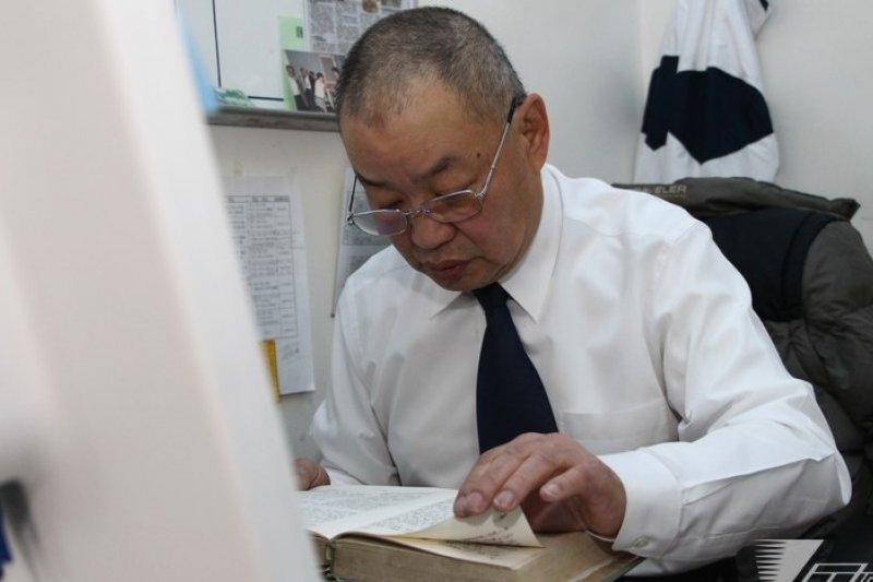 台北清真寺總幹事馬希哲翻閱《古蘭經》第109章第6節,讀出內容:「你們有你們的教門,我有我的」,凸顯互不衝突的宗教觀。(葉信菉攝)