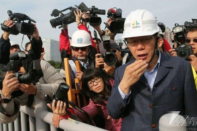 台北市長柯文哲劍及履及,市政節奏加快許多。(圖為柯文哲視察世大運選手村工地/林韶安攝)